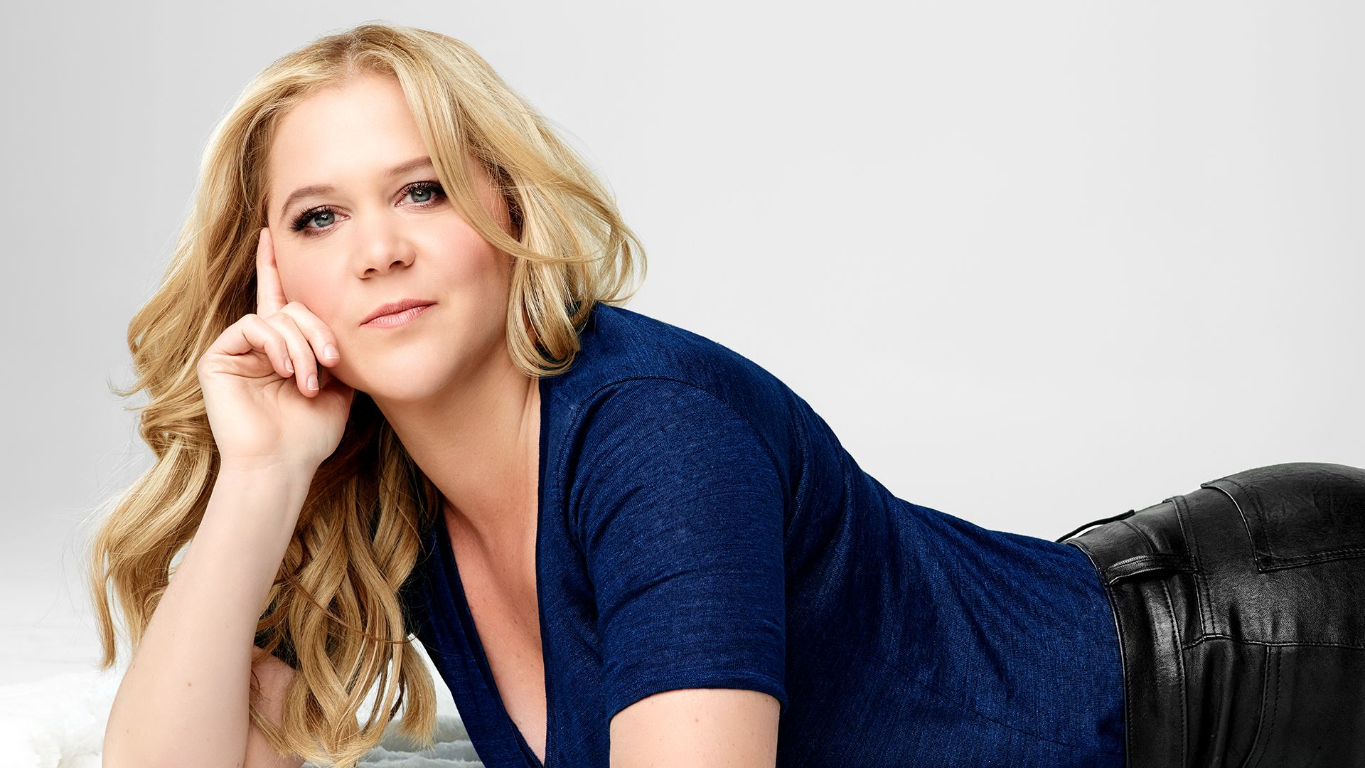 Behind Amy Schumer on FREECABLE TV